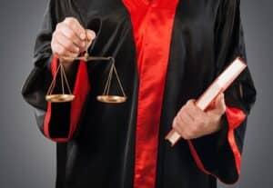 Das Versicherungsvertragsgesetz stellt die rechtlichen Vorgaben für die Kündigung einer fondsgebundenen Lebensversicherung.