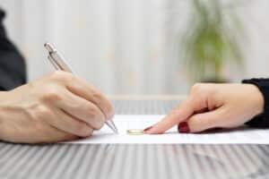 Überlegen Sie, ob ein Verkauf oder eine Beleihung besser wäre, statt die Kündigung für Ihre kapitalbildende Lebensversicherung einzureichen.