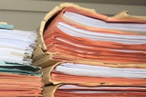 Wenn Sie die Rentenversicherung vorzeitig kündigen möchten, dann kontrollieren Sie Ihre Unterlagen.
